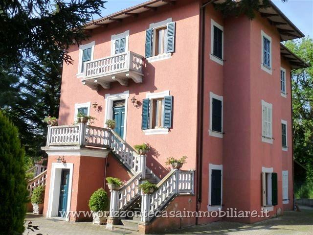 Villa in vendita a Sarnano, 15 locali, Trattative riservate | CambioCasa.it