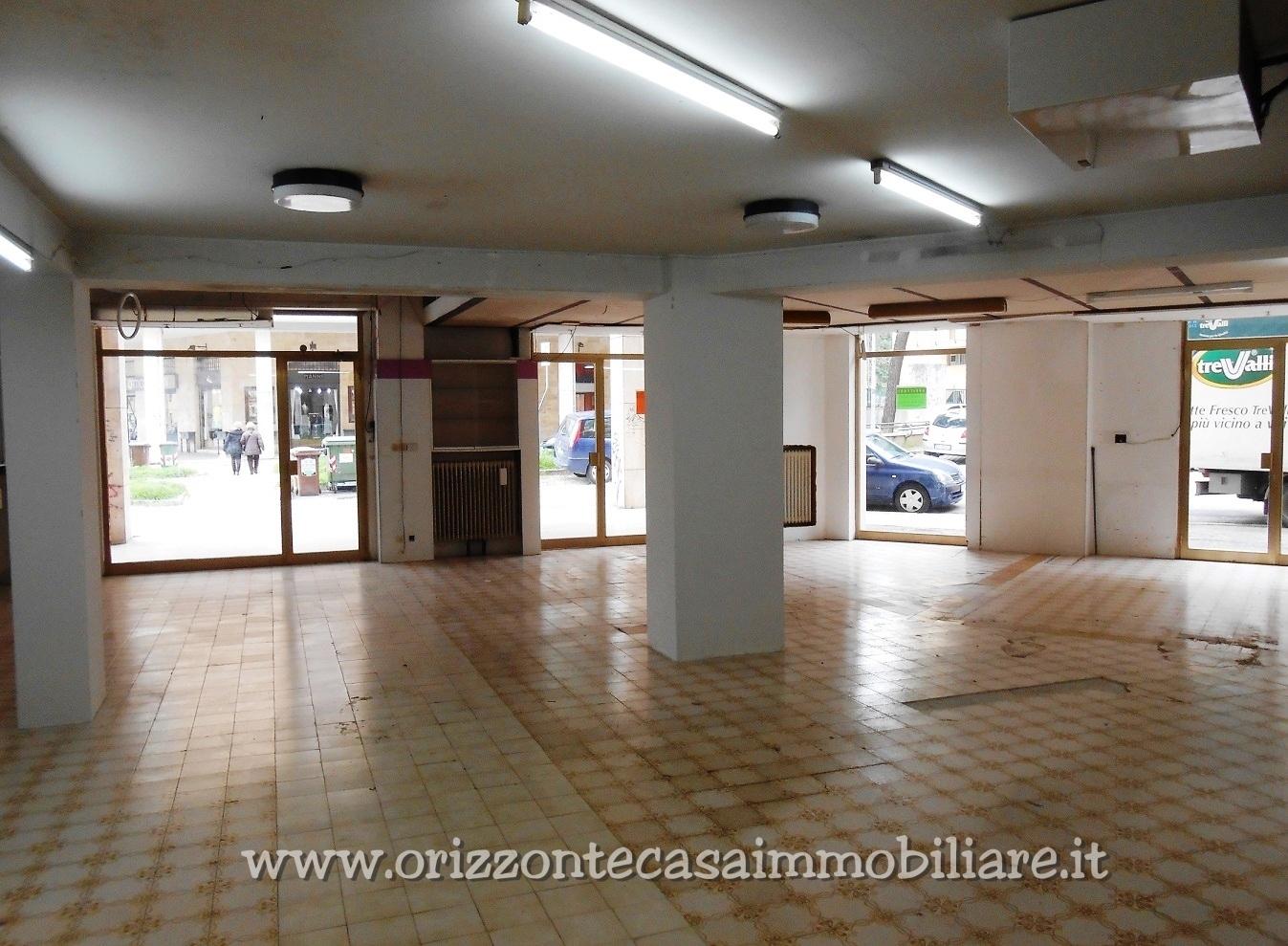 Negozio / Locale in affitto a Ascoli Piceno, 9999 locali, zona Località: PortaMaggiore, prezzo € 1.200   CambioCasa.it