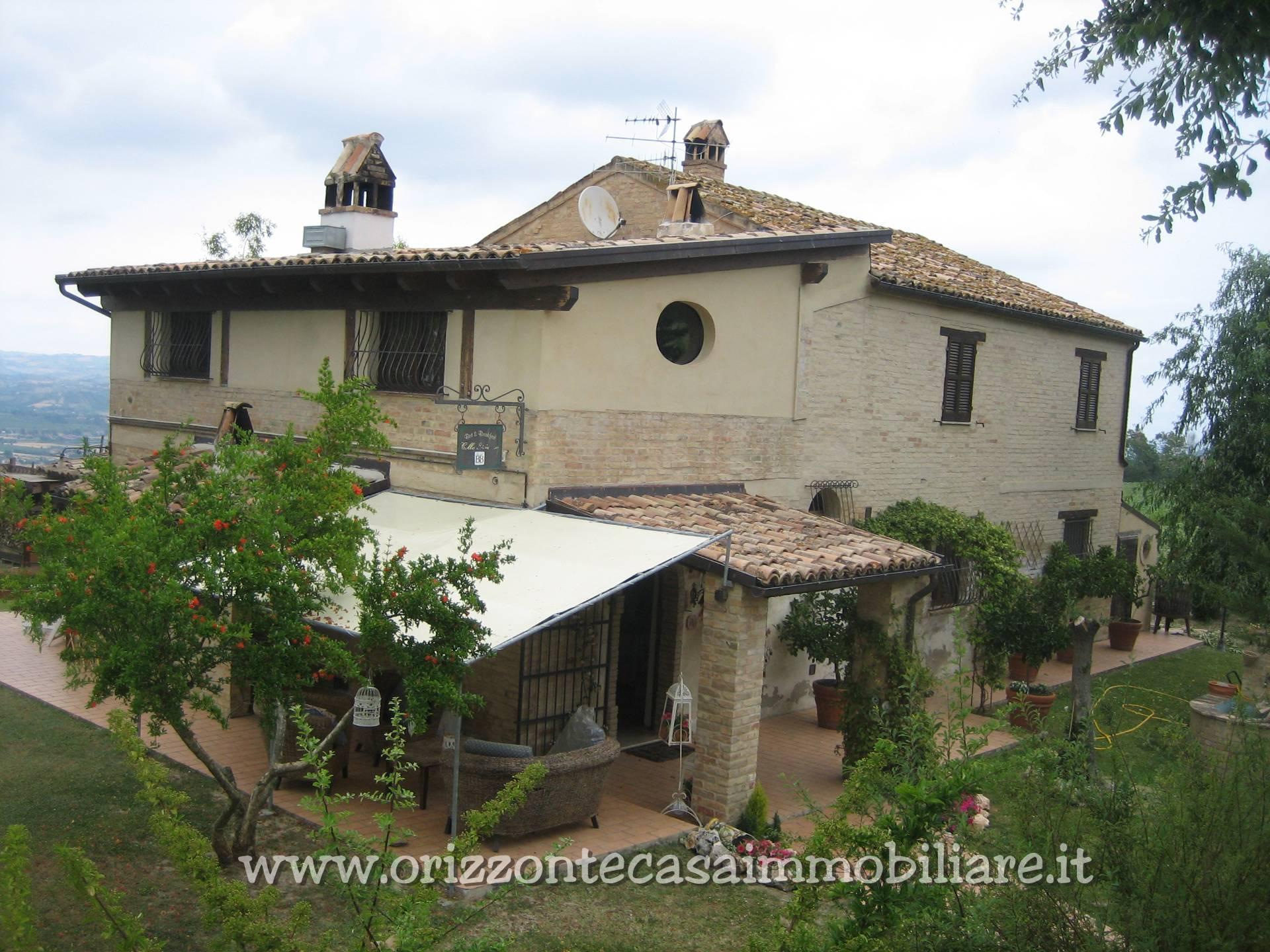 Villa in vendita a Ancarano, 9 locali, prezzo € 300.000 | CambioCasa.it