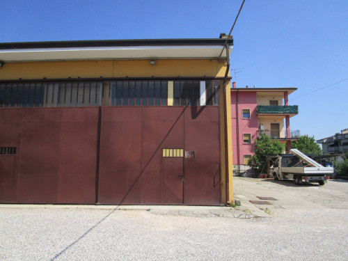 Locale commerciale in Affitto a Sommacampagna