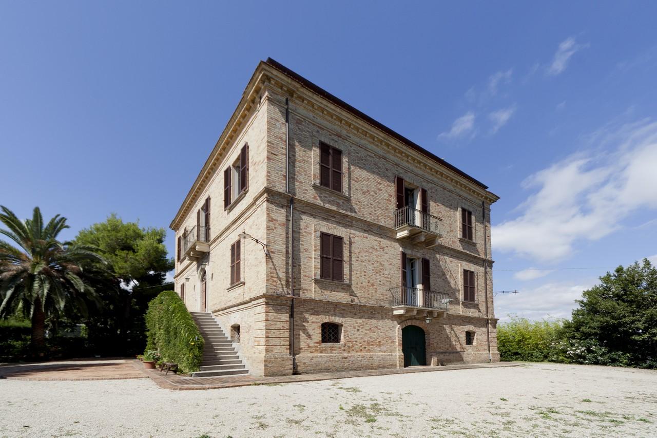 Villa in vendita a Roseto degli Abruzzi, 12 locali, zona Località: ColognaPaese, prezzo € 700.000 | CambioCasa.it
