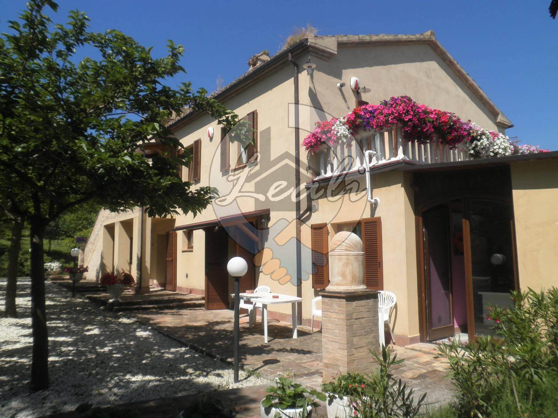 Villa in vendita a Camporotondo di Fiastrone, 10 locali, prezzo € 385.000   CambioCasa.it
