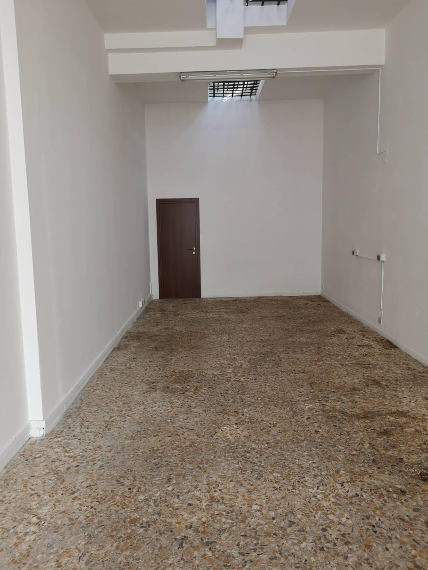 Magazzino in affitto a Ravenna, 9999 locali, zona Zona: Darsena, prezzo € 450   CambioCasa.it