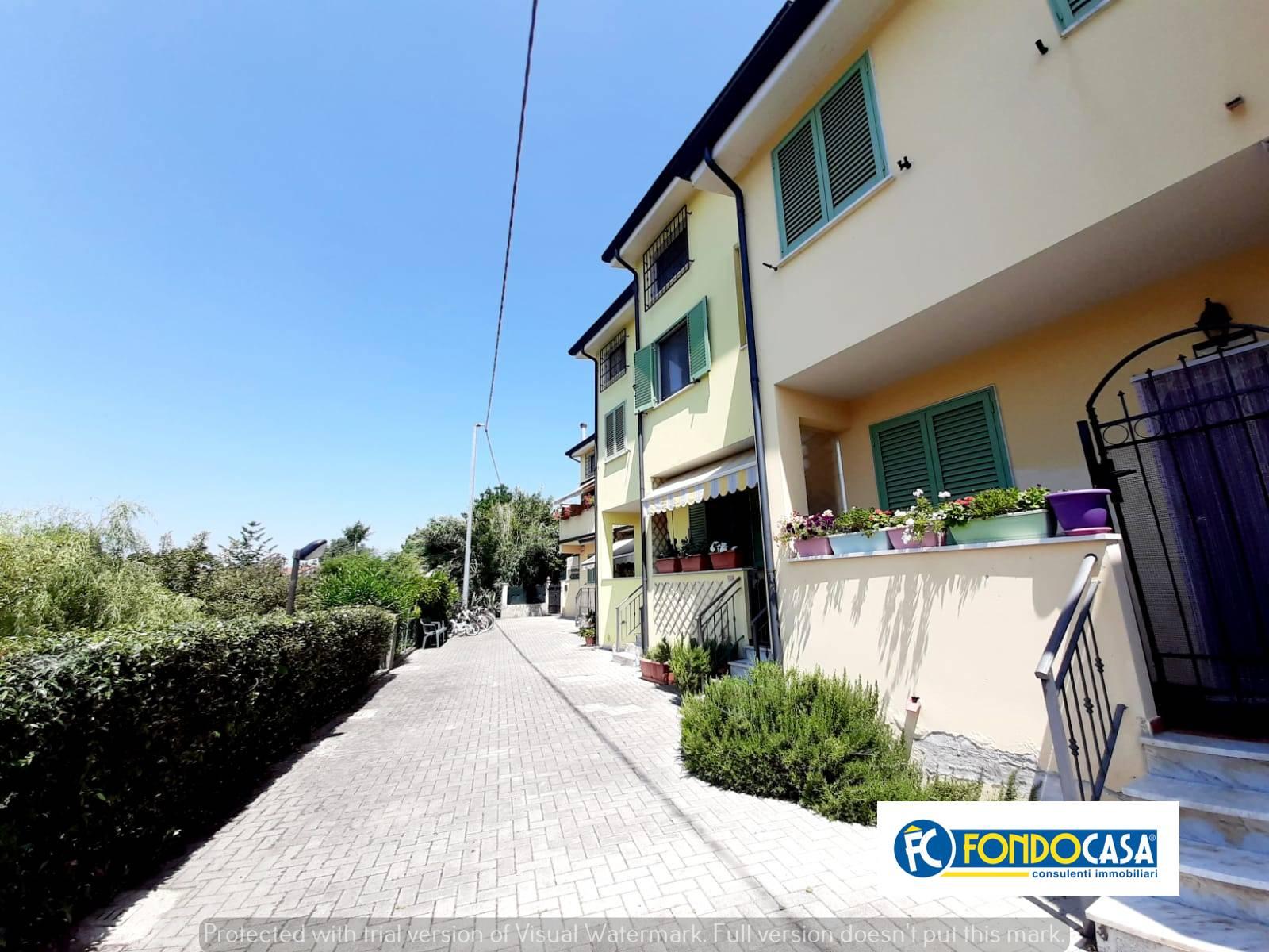 Appartamento in vendita a Montignoso, 3 locali, zona Zona: Renella, prezzo € 150.000 | CambioCasa.it